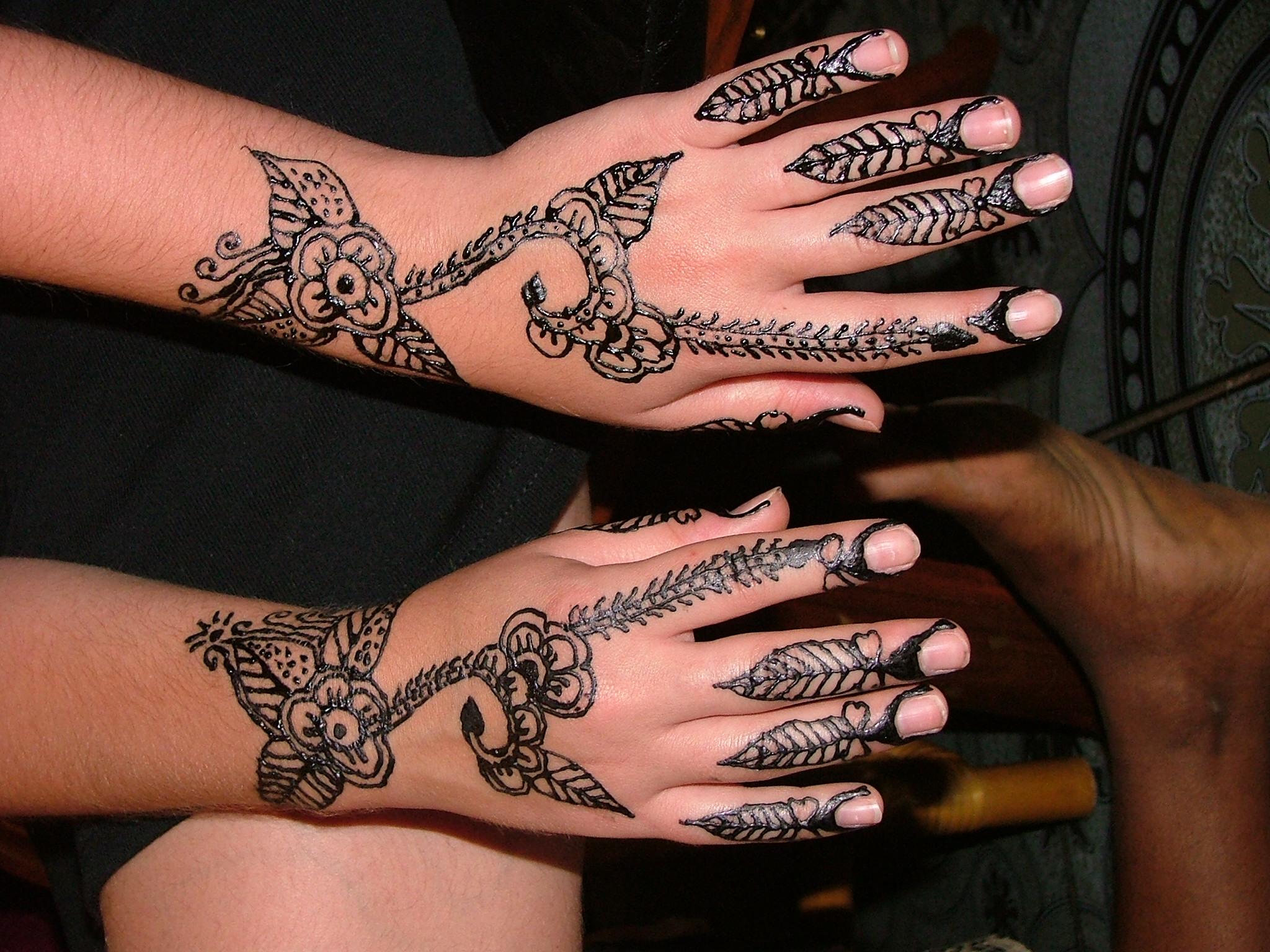 tatouage au henne henn noir danger mauvais souvenirs de vacances drs m vigan et dr h van. Black Bedroom Furniture Sets. Home Design Ideas